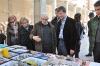 El alcalde y las autoridades junto con miembros del Grup Geoda visitando los stands